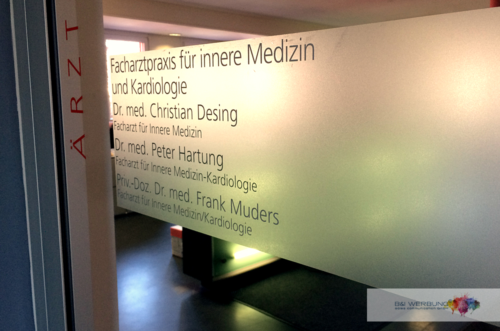 GLASBESCHRIFTUNG | Ärztehaus Moosbürg - Weiden
